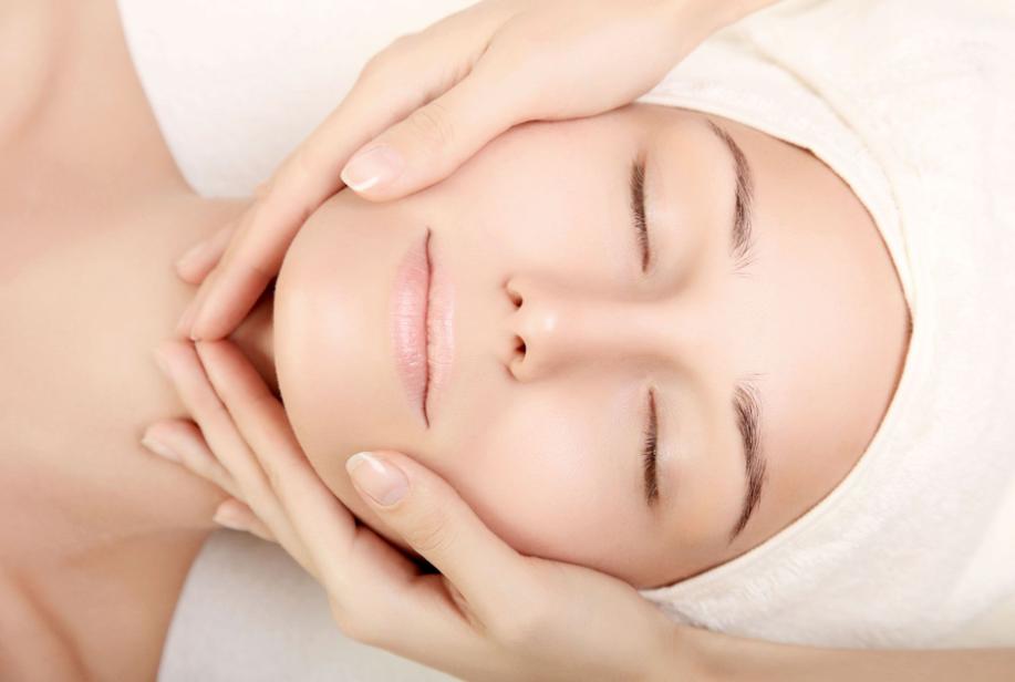 Mát xa mặt trước khi đi ngủ là một bí kíp dưỡng da