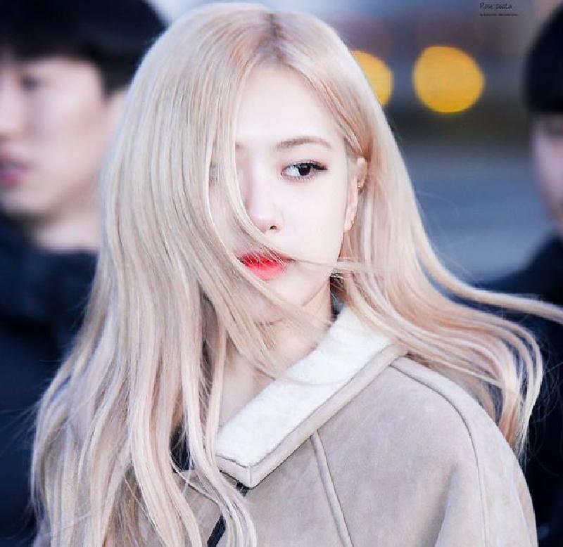 Rose và mái tóc màu vàng bạch kim