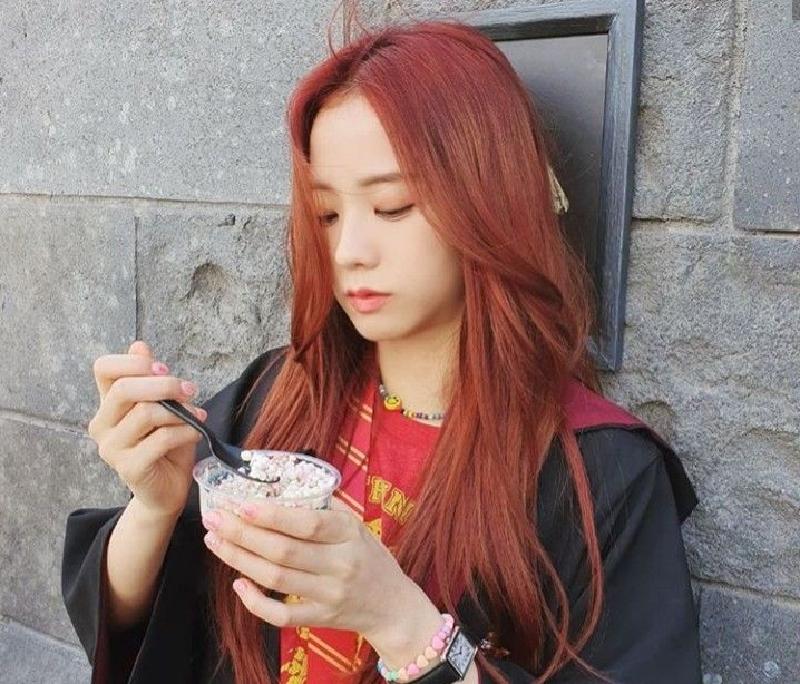 Jisoo và mái tóc màu nâu đỏ