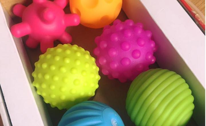 đồ chơi phát triển trí tuệ bóng cảm giác